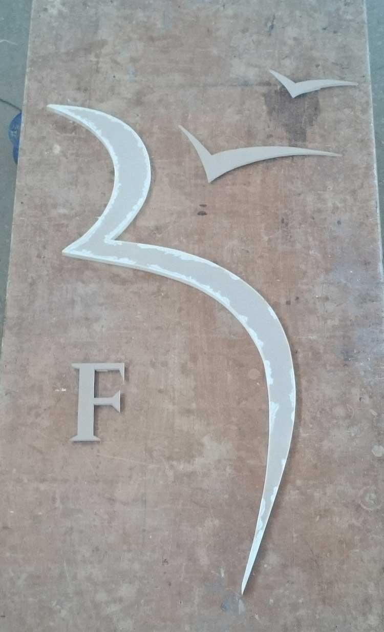 Ειδική κατασκευή λογότυπου από ξύλο